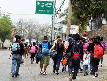 Algunos hondureños caminann rumbo a la frontera con Guatemala.
