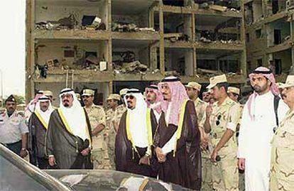 El príncipe heredero saudí, Abdulá Bin Abdel Aziz, visita el lugar del triple atentado el pasado mayo.