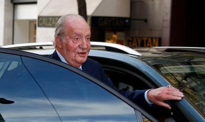 El rey Juan Carlos, subiendo a un vehículo en una imagen tomada en Madrid en diciembre de 2017.