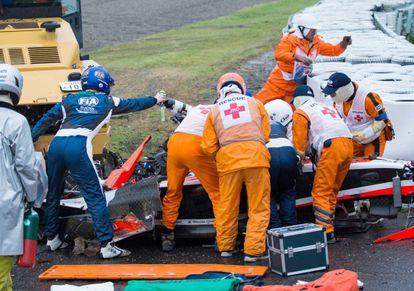 Los médicos de Suzuka atienden a Bianchi tras el accidente.