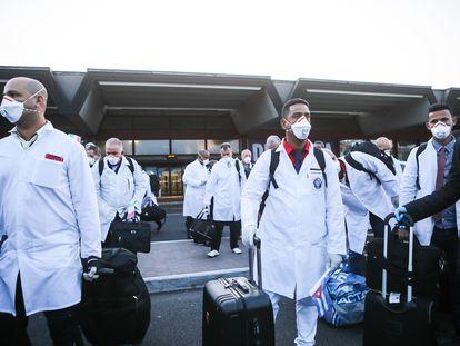 Llegada de médicos cubanos al aeropuerto de Milán para ayudar a Italia en la pandemia.
