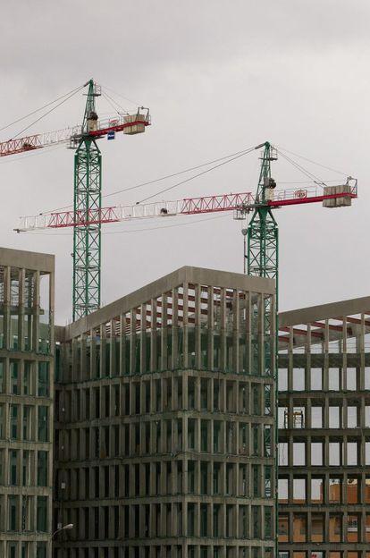 Grúas en un edificio en construcción en Sevilla.