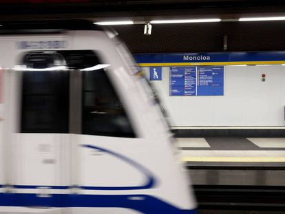 Un tren de la línea 3 pasa por la estación de metro de Moncloa, este miércoles.