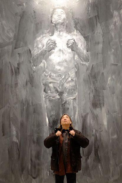 Yan Pei-Ming ante uno de sus autorretratos, en Málaga.
