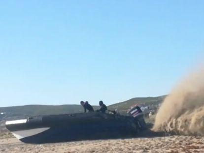 Lancha que embarrancó en una playa de La Línea a principios de mes y cuyos ocupantes se encuentran entre los 65 detenidos por la Guardia Civil