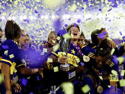 Yamila Rodríguez sostiene la copa junto a sus compañeras de Boca Juniors tras ganar a River Plate.