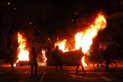 Contenedores ardiendo en Barcelona en las protestas contra la inhabilitación de Quim Torra, el pasado 28 de septiembre.