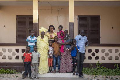 Parte de la familia de Sophie Sylla en su casa de Balacoss, en Saint Louis (Senegal).