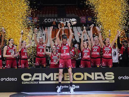 Las jugadoras del Uni Girona, con Laia Palau alzando el trofeo, celebran la conquista de la Copa de la Reina.