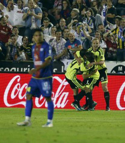 Los jugadores del Zaragoza celebran un gol de Gabi, el 21-5-2011.