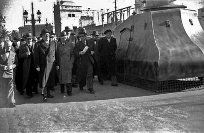 Manuel Azaña y Lluís Companys pasan junto a un blindado en Barcelona, en una imagen sin fechar.