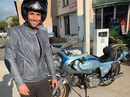 Johann Zarco, preparado para salir en moto desde Antibes a Alcañiz en una imagen de Twitter.