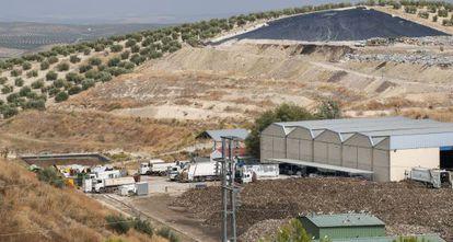 Centro de recogida de residuos de Jaén y, a la izquierda, una de las balsas de fluidos orgánicos.