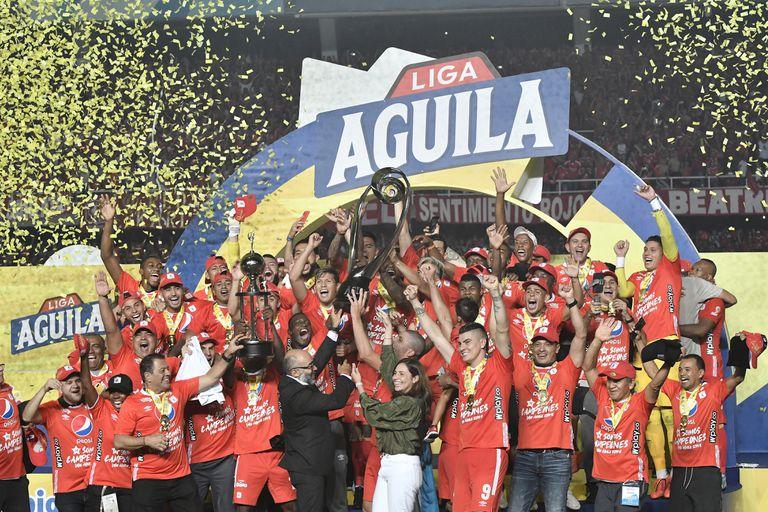 América celebra el título de la liga colombiana tras derrotar al Junior, en diciembre.