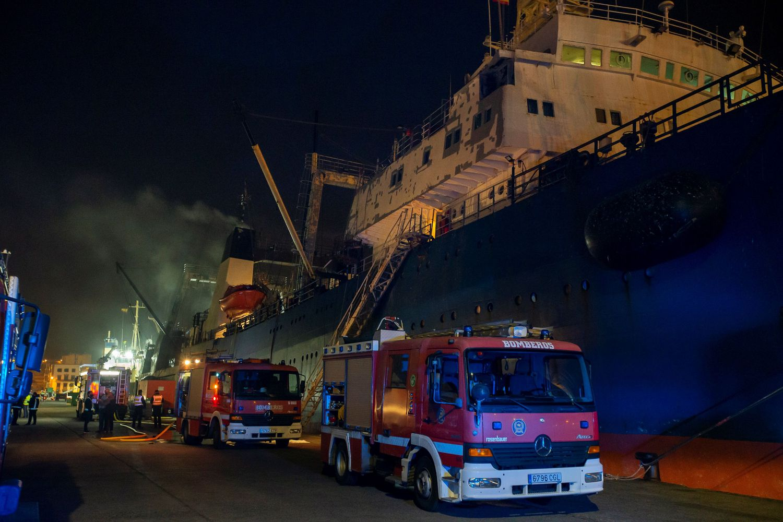El pesquero 'Sveaborg', incendiado durante unas tareas de mantenimiento este jueves en el puerto de La Luz de Las Palmas de Gran Canaria.