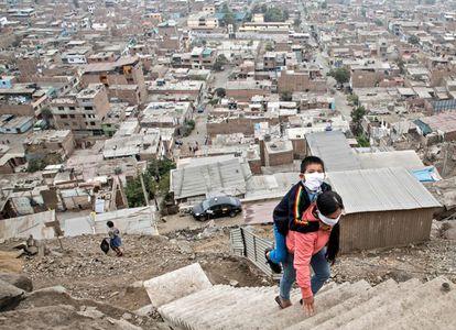 Marlith Mori regresa a su casa en las alturas del barrio de Vista Alegre, a las afueras de Lima, llevando a su hijo Jeyson, quien asiste a terapia diaria en un centro médico cercano. La mujer, que tiene pocos ingresos, se vio obligada a romper el confinamiento para sobrevivir durante la cuarentena en mayo de 2020 en Perú.