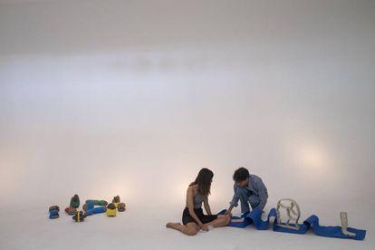 Marta Ochoa y Emmanuel Álvarez, de Casa Antillón, con una de las obras que se expondrán en Casa Banchel este sábado 7.
