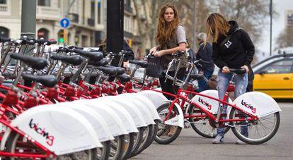 Dos usuarias del Bicing en Gran Via con Paseo de Gracia.