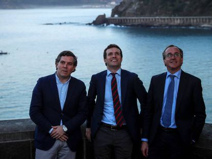 El presidente del PP Pablo Casado con el presidente de los populares vascos Alfonso Alonso e Iñigo Arcauz en Getaria, en marzo.
