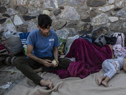 Una familia de migrantes, el 13 de septiembre de 2020 tras huir del incendio del campo de refugiados de Moria, en la isla griega de Lesbos.