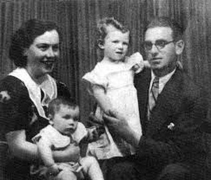 Alejandra Pizarnik sobre el regazo de su madre, Rosa, junto a su padre, Elías, que sostiene a su hermana, Myriam. La imagen procede del álbum  familiar cedido por la hermana de la poeta.