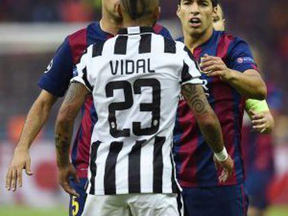 Vidal discute con Busquets y Suárez.