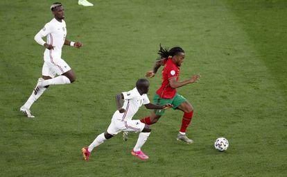 Kanté y Pogba acosan a Renato Sanches.