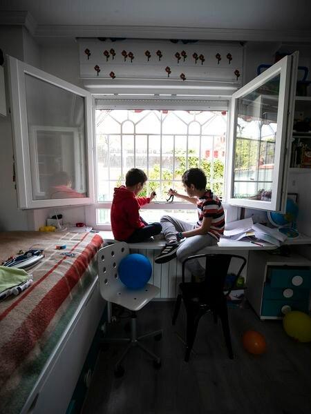 Niños confinados en su casa de Madrid por el estado de alarma por el coronavirus.