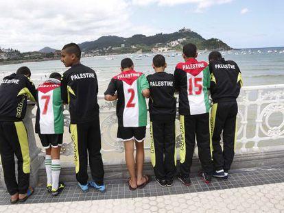 El equipo Hai Al Bustan de Palestina que participa en la DonostiCup paseando por San Sebastián.