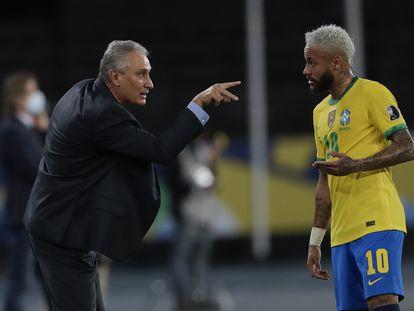 El seleccionador de Brasil, Tite, da instrucciones a Neymar, en el partido contra Perú en la Copa América.