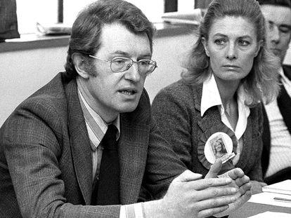 """El británico Corin Redgrave, miembro de la famosa dinastía de actores y a quien se le había diagnosticado en 2000 un cáncer de próstata, ha fallecido a los 70 años, según ha informado hoy la BBC, que cita fuentes de la familia. El hijo de Michael Redgrave, hermano de Vanessa (con quien aparece en la imagen, en 1979) y Lynn Redgrave, se sintió indispuesto en la madrugada del domingo en su domicilio familiar. Su primer papel importante en el cine fue en el drama histórico """"Un hombre para la eternidad"""", de Fred Zinnemann, en torno a la pugna entre el rey Enrique VIII y Tomás Moro, filme en el que actuó junto a su hermana, Vanessa Redgrave, Orson Welles, Paul Scofield y otros conocidos actores. En """"Cuatro Bodas y un Funeral"""", de Mike Newell, actuó junto a Hugh Grant y Kristin Scott Thomas e interpretó al marido del personaje femenino que hacía Andie McDowell. Nacido en Londres en 1939, Redgrave debutó en 1961 en el teatro en una producción de """"Sueño de una noche de verano"""", de William Shakespeare, en el Royal Court londinense."""