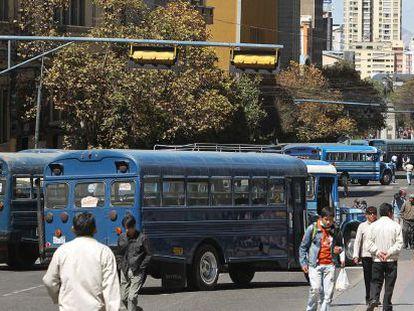 Autobuses urbanos bloquean una avenida de La Paz.