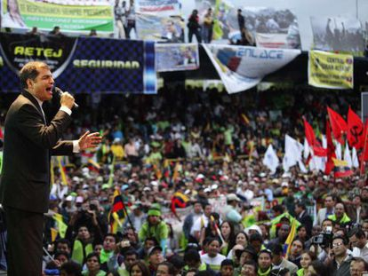 El presidente de Ecuador, Rafael Correa, se dirige a sus partidarios en el primer aniversario de la revuelta contra él.