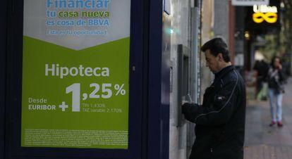 Campaña de ofertas de préstamos hipotecarios en oficinas del BBVA.