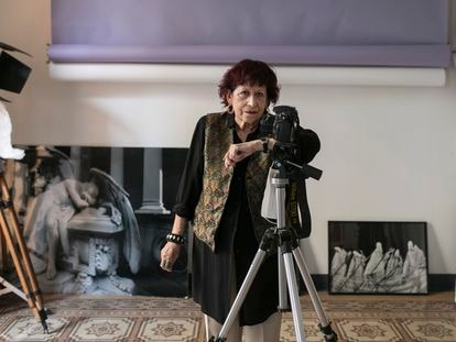 La fotógrafa catalana Pilar Aymerich, en el estudio de su casa en Barcelona.