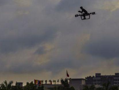 Un inventor chino, inspirado en dibujos animados de sus primeros años, crea una moto voladora y sobrevuela Dongguan como hizo Elliot en su bici con ET