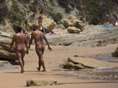 Varias personas practican nudismo en la playa de los Caños de Meca, Cadiz.