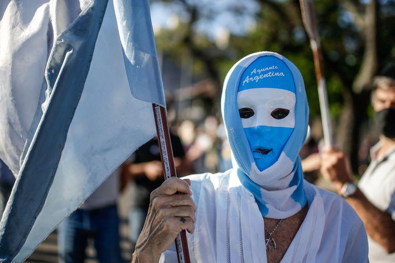 Una manifestante participa de una marcha en contra del mandatario argentino, Alberto Fernández, el pasado 12 de octubre en Buenos Aires