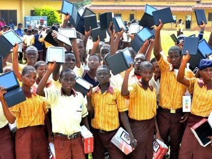 Alumnos de Secundaria de Osún (Nigeria) muestran las tabletas repartidas por el gobierno regional.