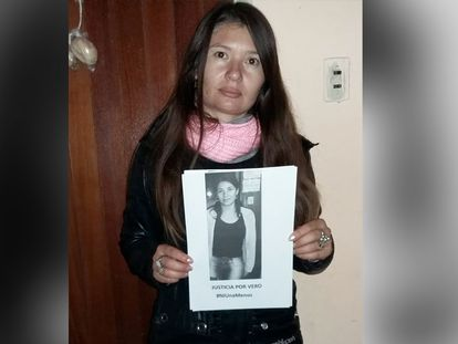 Andrea Soulé sostiene un cartel en reclamo por la muerte de su hermana, en Rosario, Argentina.