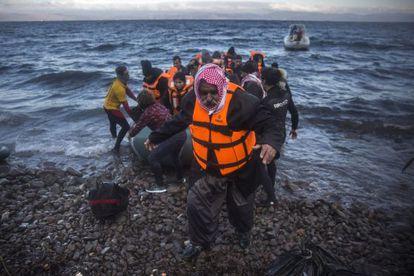 Un iraquí desembarca junto a otros refugiados en la isla griega de Lesbos el 18 de diciembre.