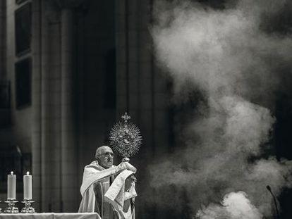 El arzobispo de Madris, Carlos Osoro, de 69 años, durante una celebración religiosa con jóvenes en la catedral de la Almudena, el 5 de diciembre de 2014.