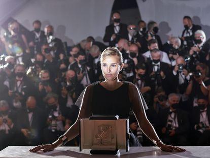 La cineasta Julia Ducournau, con la Palma de Oro, que obtuvo este sábado por la película 'Titane'.