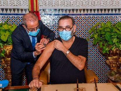 El rey Mohamed VI recibe una dosis de vacuna contra la Covid-19 en su palacio de Fez, el pasado 28 de enero.