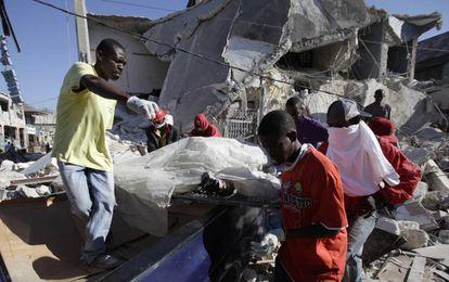 Rescate de un cadáver de entre los escombros de una casa en Puerto Príncipe (Haití), tras el terremoto que asoló el país en 2010.