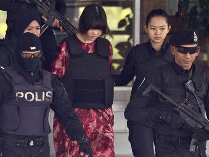 La vietnamita Doan Thi Huong (c), una de las dos acusadas del asesinato de Kim Jong-am, sale de un tribunal en Kuala Lumpur (Malasia), este viernes.