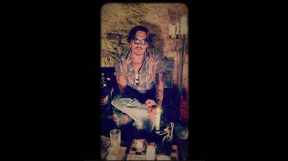 Johnny Depp se dirige a la nación de 'instagramers' popr primera vez desde una especie de cueva y rodeado de velas.