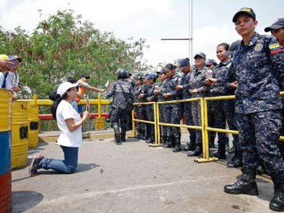 El político venezolano sugiere una intervención militar contra Maduro y matiza después que se refiere al  cerco diplomático
