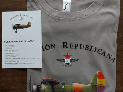 Camiseta de Adar con un  caza Chato y tarjeta informativa.