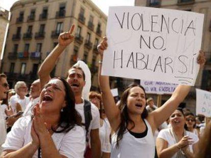 Los participantes, vestidos mayoritariamente de blanco, abarrotan la plaza de Sant Jaume y piden negociar a los dos Gobiernos